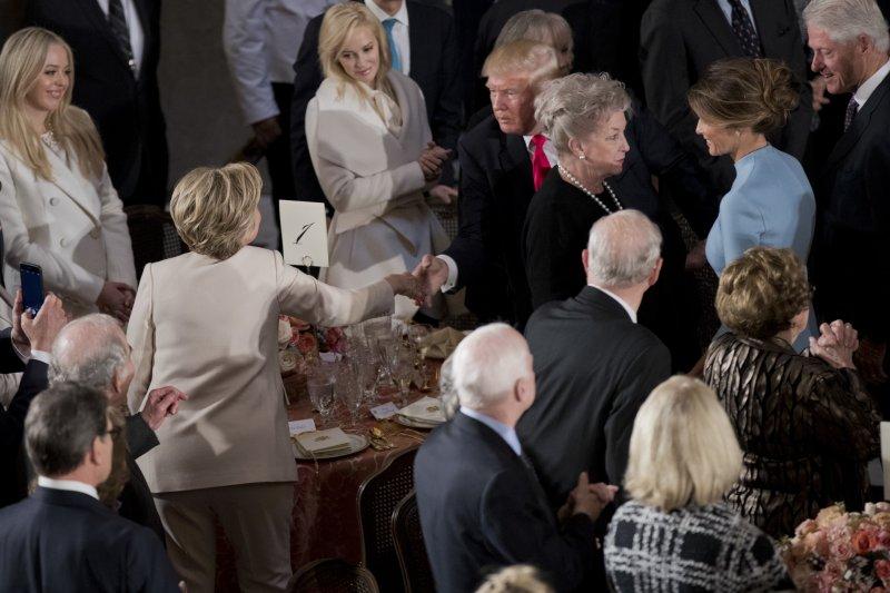 希拉蕊20日參加了川普的就職典禮,並在席間與川普握手致意。(美聯社)