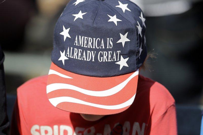 川普20日正式宣誓就職,田納西州一位抗議民眾頭戴「美國已經很偉大了」的帽子,諷刺川普的知名競選口號「讓美國再次偉大」。(美聯社)