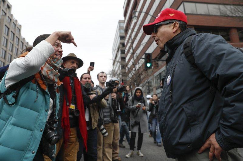 川普的支持者與反對者20日在華府街頭激辯,川普的就職日全美各地都有抗議活動。(美聯社)