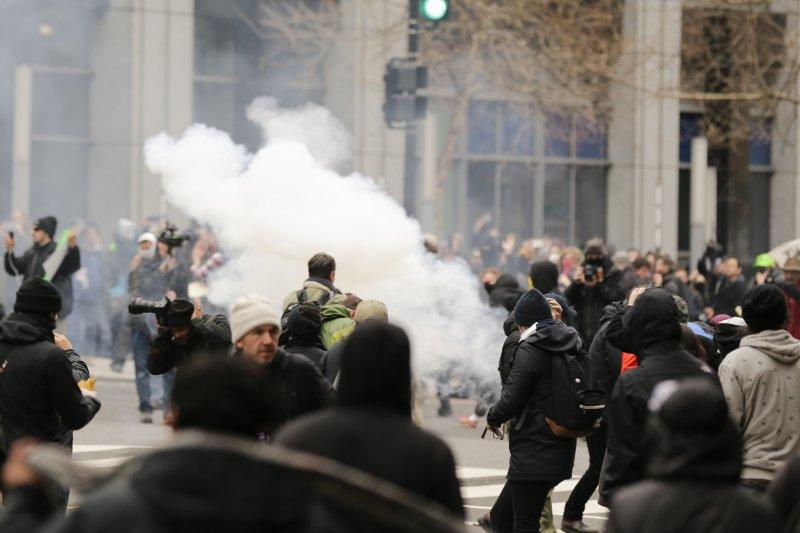川普20日正式就職,華府街頭也出現反川普民眾的激烈抗爭,警方也對抗議者施放煙霧彈。(美聯社)