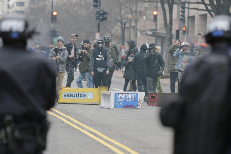 川普20日正式就職,華府街頭也出現反川普民眾的激烈抗爭,警方與抗議者形成對峙。(美聯社)