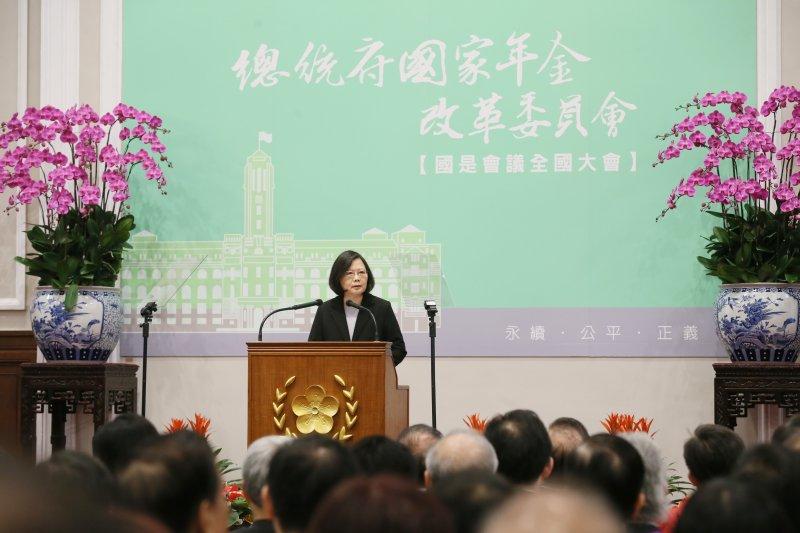 年金改革國是會議22日順利結束,蔡英文在閉幕典禮致詞時指出,「我們的行動證明台灣是可以理性公共討論的社會」,年金改革若能成功,「台灣沒有不能完成的改革」。(取自總統府)