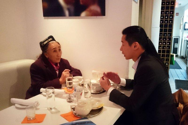 林昶佐23日在臉書發文,貼出他與熱比婭於華盛頓喝茶敘舊,並表示將協助熱比婭訪台。(取自林昶佐臉書)