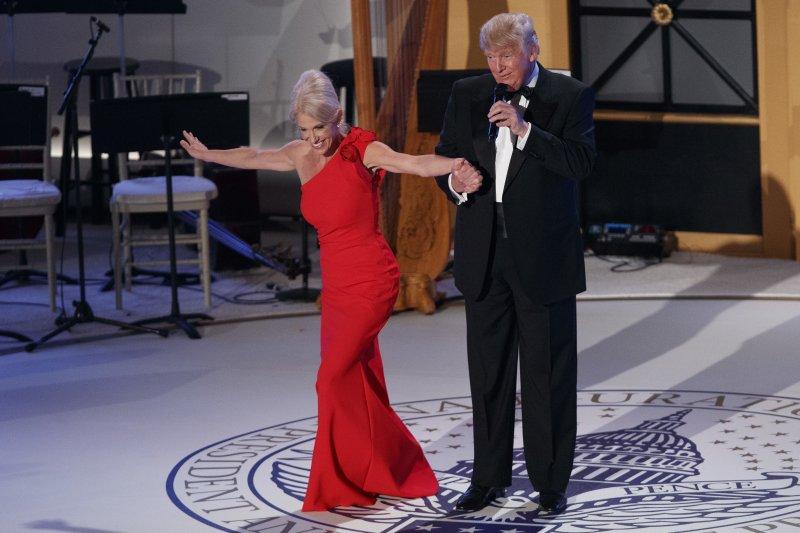 川普及其親信康威在就職舞會上翩翩起舞(AP)