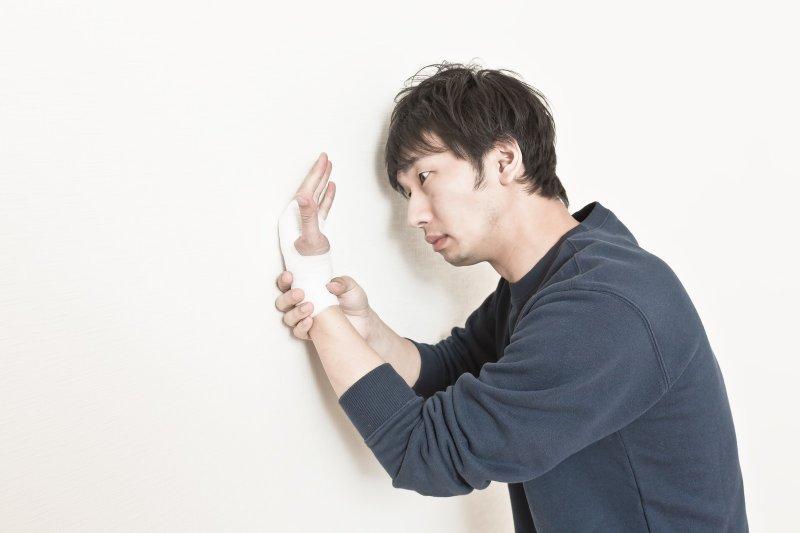 痠痛藥布固然能減緩一時不適,但卻不能貼太久。(圖/Pakutaso)