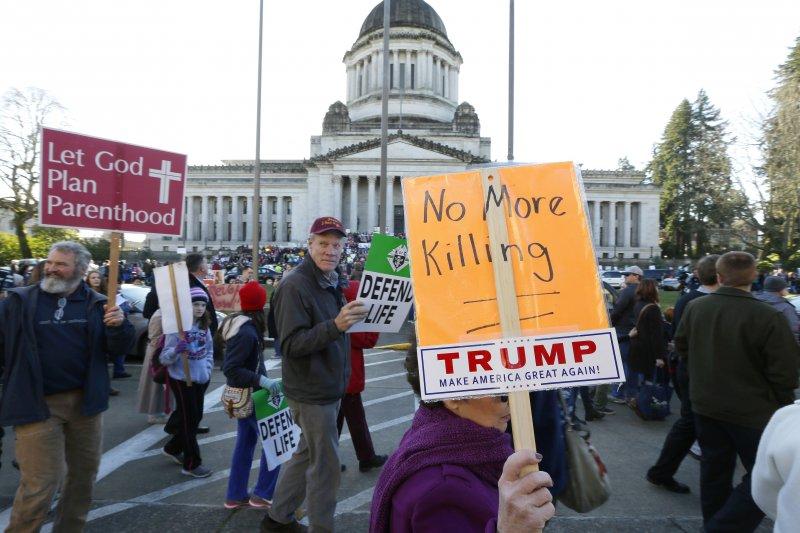 美國反墮胎人士在華府集會遊行,並對川普總統簽署行政命令重啟嚴格的墮胎禁令感到高興(AP)