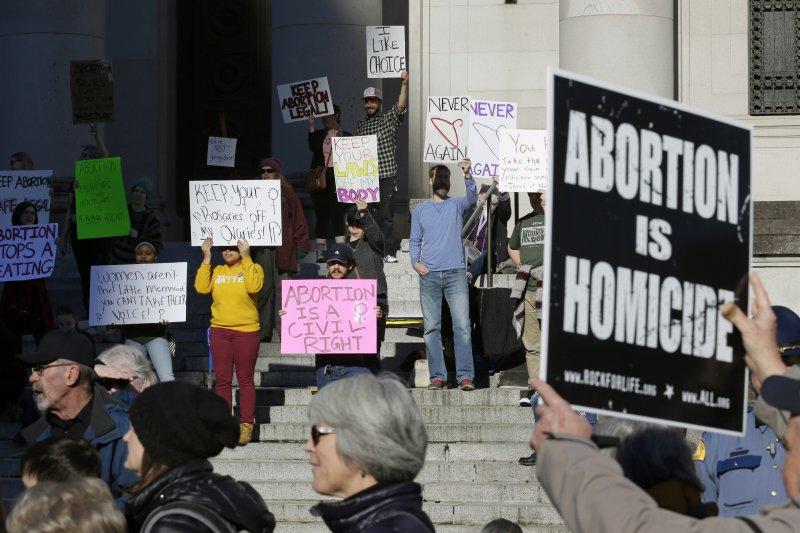 支持墮胎權與反對墮胎權的人士23日一起走上華府示威遊行(AP)