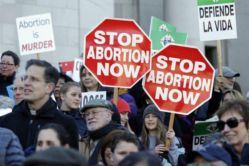 美國反墮胎人士在華府集會遊行,並對川普總統簽署行政命令,重啟嚴格的墮胎禁令感到高興(AP)
