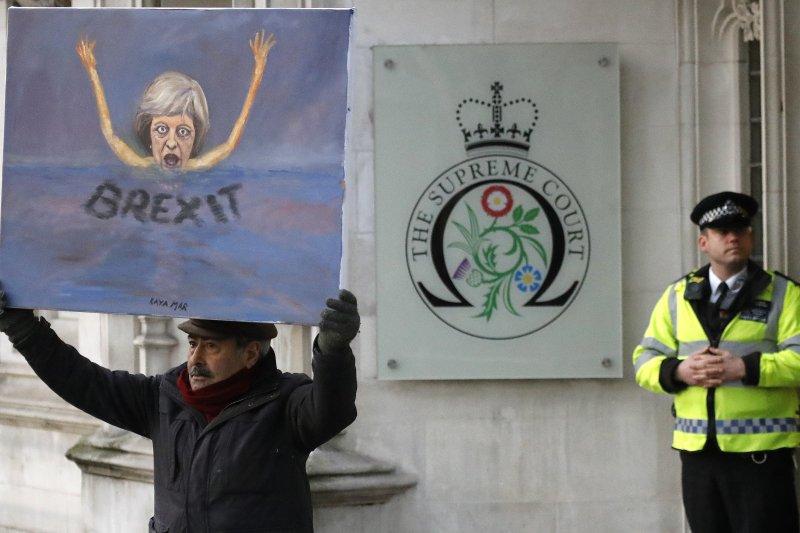 英國民眾在最高法院外抗議梅伊政府獨斷獨行。(美聯社)