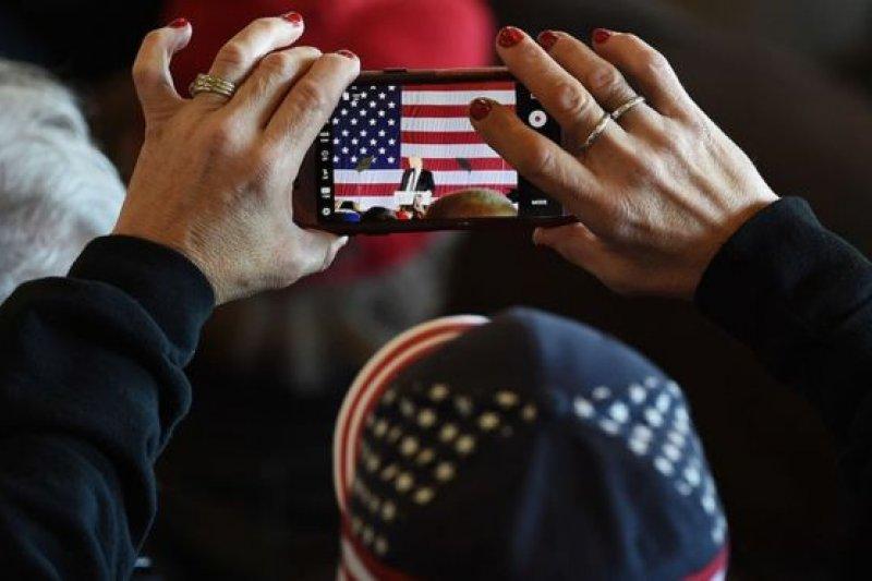 貿易戰將使美國消費者以更高的價格購買智慧型手機。(BBC中文網)