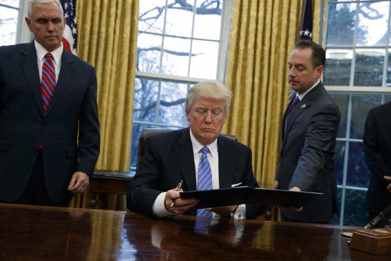 美國總統川普簽署行政命令,退出TPP(AP)