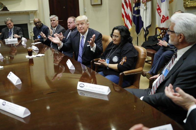 美國總統川普(右3)23日在白宮與勞工團體代表見面(AP)