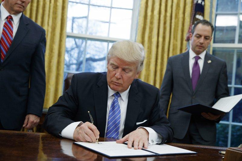 美國總統川普23日簽署行政命令,退出《跨太平洋夥伴協定》(TPP)(AP)