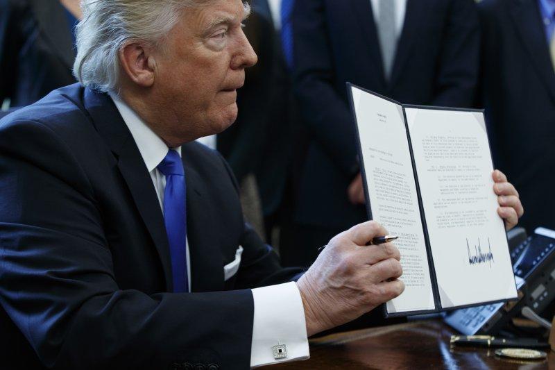 美國新任總統川普決定退出跨太平洋夥伴協定(TPP),台經院景氣預測中心副主任邱達生表示,台灣要趕快跟美國洽簽雙邊FTA。(美聯社)