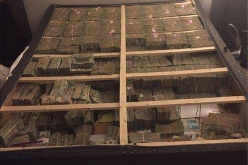 美國警方調查傳銷詐騙,從床墊搜出2000萬美元的現金。(圖取自BBC中文網)