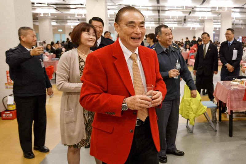 國防部長馮世寬在跨年夜穿著大紅色的西裝上班,原來紅西裝就像是幸運「戰袍」,有著「有志者事竟成」的故事。(取自國防部發言人臉書)