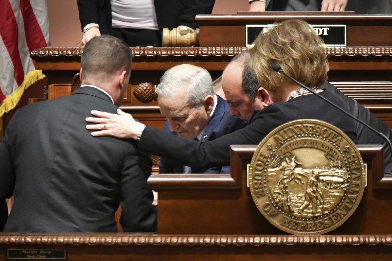 明尼蘇達州州長戴頓23日在議會發表州情咨文時突然昏倒,頭撞到講桌。(美聯社)
