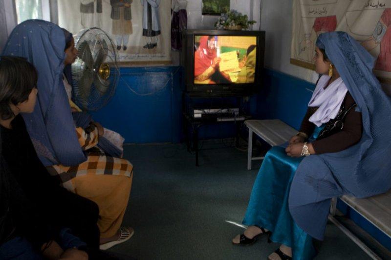 阿富汗首都喀布爾的婦女在瑪麗斯特普國際組織的診所裡,觀看避孕紀錄片(AP)