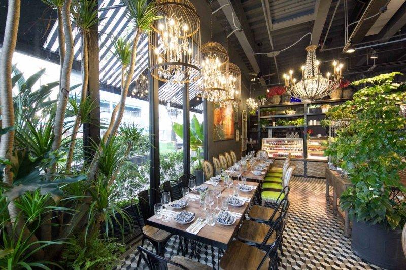 擁擠城市裡,寬敞的花園餐廳成了寧靜一角。(圖/Thaï.J@facebook)