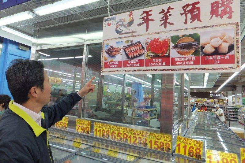 新竹市消保官劉興振26日前往各大量販公司,抽查冷凍包裝的年菜食品,並表示購買冷凍包裝年菜時應先檢查包裝是否完整標示,才能吃的安心有保障。(新竹市政府提供)
