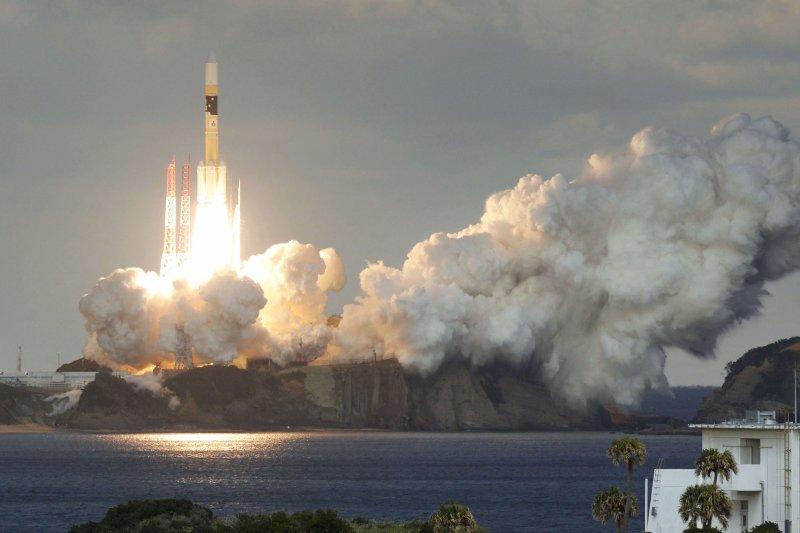 第一個由日本防衛省保有、運用的軍用通訊衛星「煌2號」24日由H2A火箭成功發射。(AP)