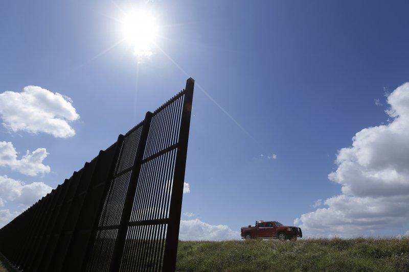「美墨長城」,美國總統川普計畫在美墨邊界築牆隔離(AP)