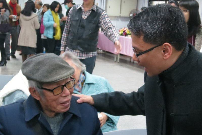 陳孟和(左)五○年代在綠島受難15年,對於還原這段白色恐怖歷史真相念茲在茲,陳孟和與人權館籌備處同仁也互動熱絡。(籌備處提供)