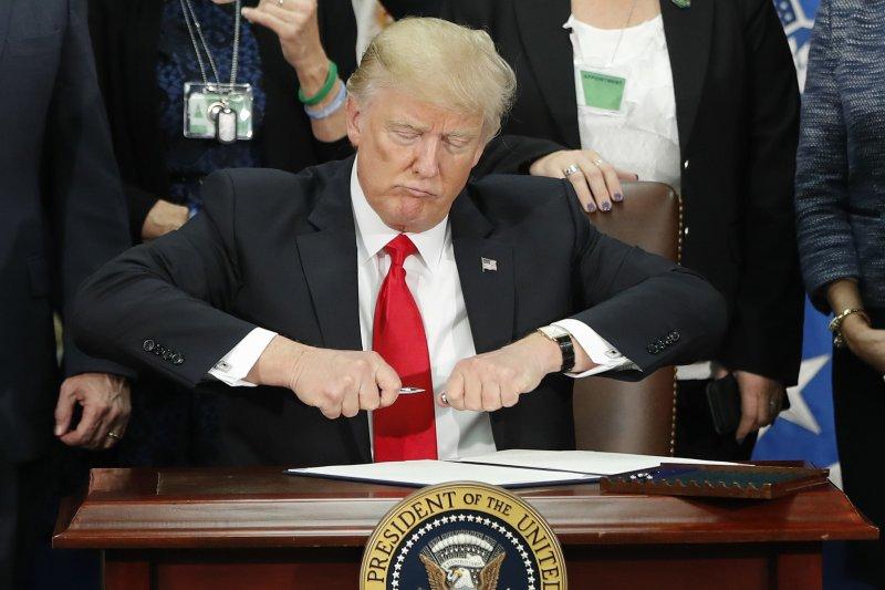 川普25日在國土安全部簽署興建美墨邊境牆(俗稱「美墨長城」或「川普長城」)的行政命令。(美聯社)