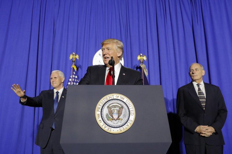 美國總統川普在國土安全部發表演說。(美聯社)