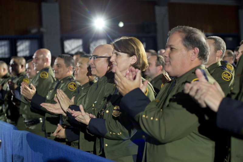 美國總統川普在國土安全部發表演說,該部職員鼓掌歡迎。(美聯社)