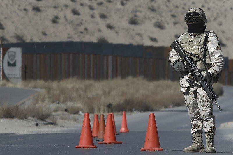 一位墨西哥士兵持槍在美墨邊境把守。(美聯社)