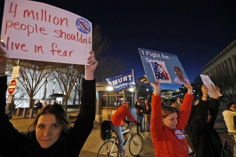 2017年1月25日,抗議民眾在華府舉牌示威,主張「不該有4百萬人生活在恐懼之中」,反對川普的移民政策。(美聯社)