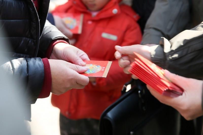 雞年春節初二,蔡英文總統在新北發「福袋」給民眾(總統府)