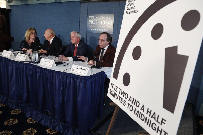 美國新總統川普上任帶來隱憂,「末日鐘」調整時間,距離「人類滅亡」的午夜只剩2分半(AP)