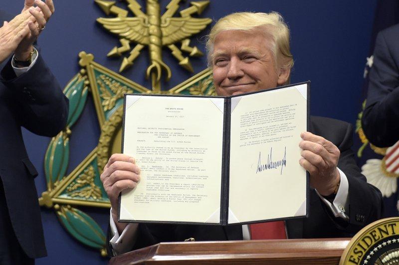 美國總統川普簽署新行政命令,禁止敘利亞難民入境美國(AP)