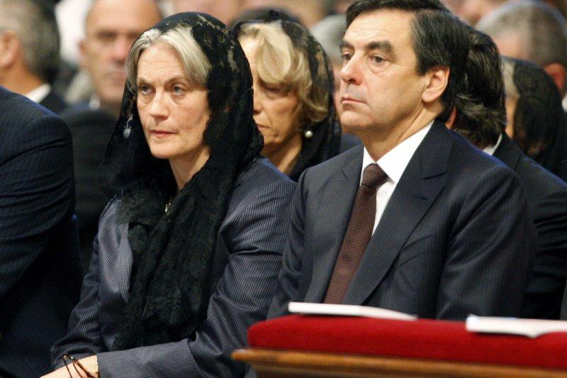 參選法國總統的前總理費雍(François Fillon)與妻子潘妮洛普(Penelope Fillon)(AP)