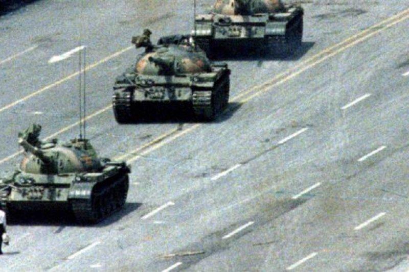 王丹表示,「這張照片是八九民運的代表圖像,版權落到中共手裏,我擔心將會被封存。」(BBC中文網)
