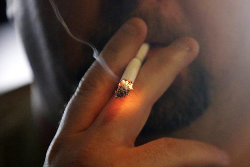 雖然菸害防制法立法目的良善,但手段必須符合憲法原理原則。(吸菸有害健康/資料照,AP)