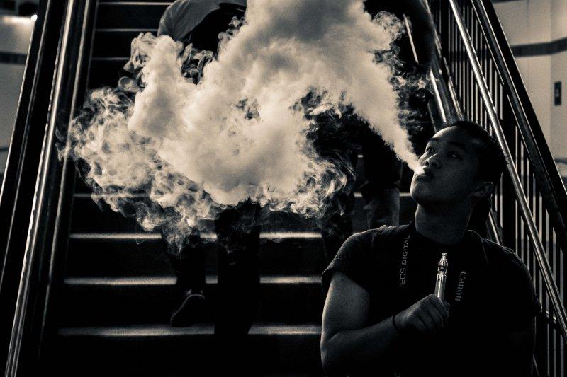作者強調,臺灣要能在世界衛生醫療領域發聲,靠的不是更嚴格的菸害防制法,而應該是更符合法治與人權的公共衛生政策。(吸菸有害健康/資料照/micadew@Wikipedia / CC BY-SA 2.0)