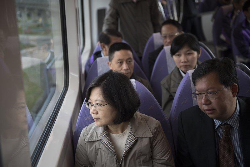 內外形勢皆嚴峻,台灣絕不能輕鬆以對。(圖為總統蔡英文試乘桃園機場捷運/總統府提供)