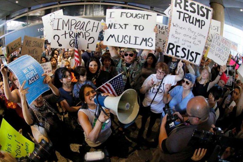 許多美國民眾聚集在全美各大機場,抗議川普的穆斯林禁令(AP)