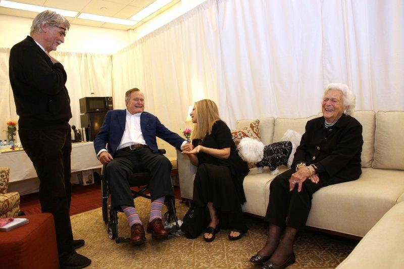前美國總統老布希(左二)和夫人芭芭拉(右一)。(美聯社)