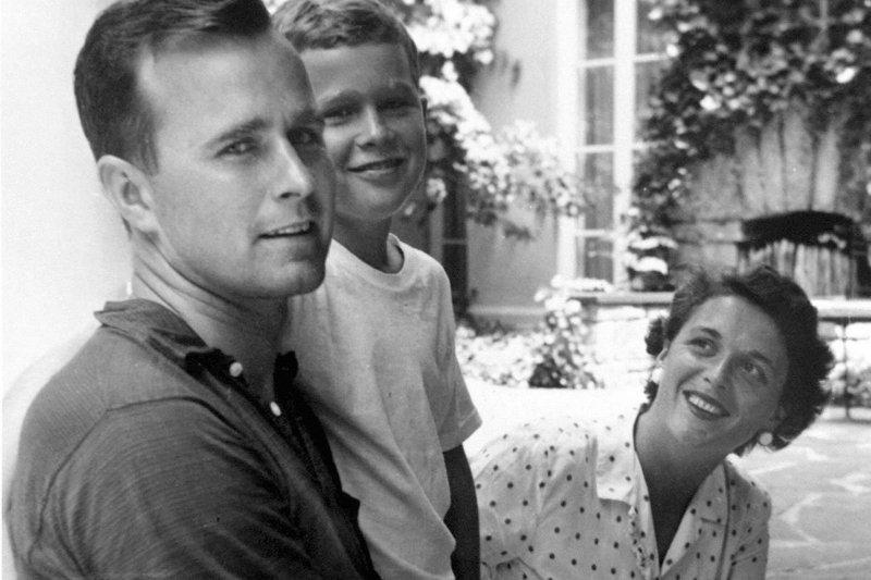 1955,老布希和芭芭拉及兒子小布希的合照。(美聯社)