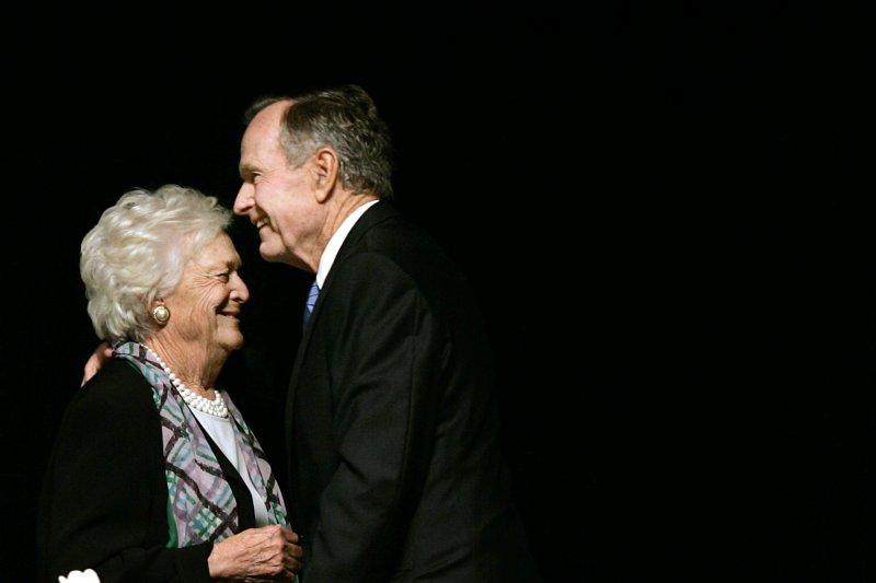 2006年,前美國總統老布希和夫人芭芭拉合照。(美聯社)