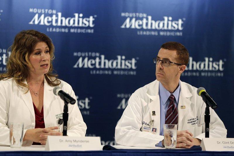 休斯敦衛理公會醫院醫生敏德斯(圖左)說,以老布希的年齡來說,他是一個很強壯的男人。(美聯社)