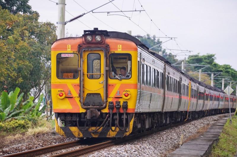 20170129-行駛於台鐵花東線的柴聯自強號列車。(盧逸峰攝)