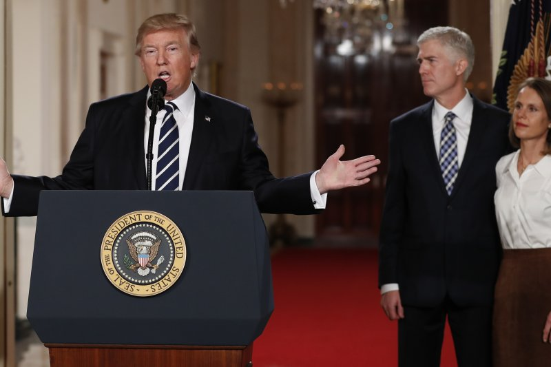 美國總統川普(左)、最高法院大法官提名人葛薩奇(中)(AP)