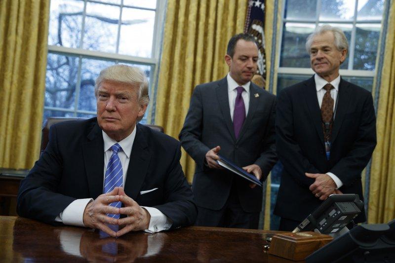 左起:美國總統川普、白宮幕僚長蒲博思、白宮國家貿易委員會主任納瓦羅(AP)