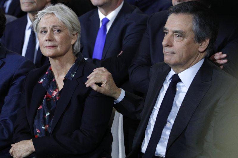 法國媒體稱費雍夫人(左)坐領乾薪,金額超過80萬歐元。(美聯社)