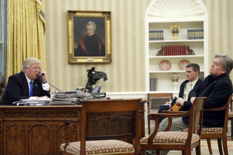 在國家安全顧問佛林與白宮策略長巴農陪伴下,美國川普總統與澳洲總理騰博通話(AP)